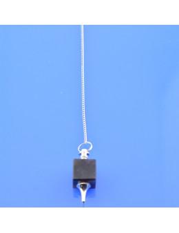 Pendule cube de pierre et chaîne argentée